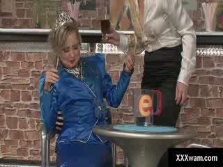 Freaky chick serveerster en een prinses zoals dressed klant ruin elk anderen clothes met water