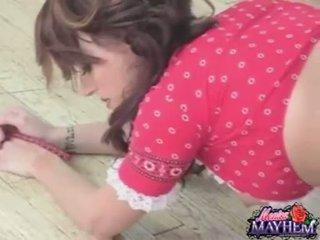Monica mayhem takes af polka undies en rubs haar sappig liefde tunnel