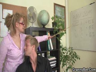 Sleaze kancelář screwing ne daleko od starý female