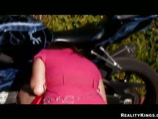 ผสม race pulverizing สำหรับ bike loving gal alice bell