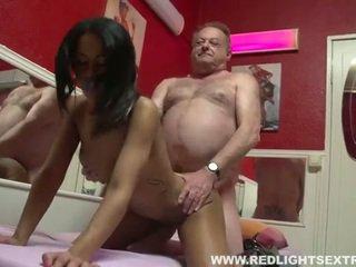E pisët i vjetër pervert gets i ri nxehtë prostitutë në kamera