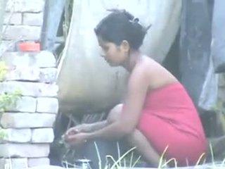 Intialainen kylä tyttö uiminen outdoors
