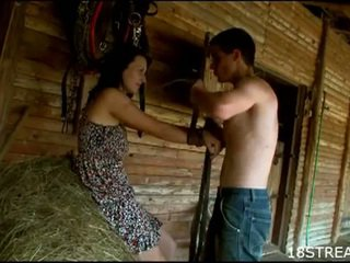 Zdemoralizowane nastolatka para hardcore seks zabawa w the barn