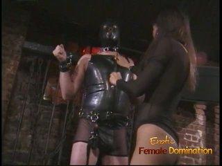 Ekscentriskas stud uz a maska enjoys being spanked līdz an aziāti