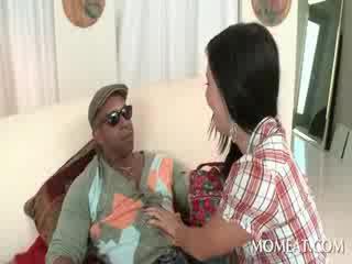 Slutty housekeeper blowing con quái vật đen cocks tại quê hương