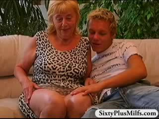 Poulette garçon baise vieux prostituée