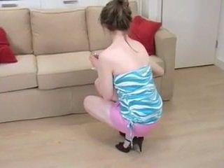 Britanke punca s majhna prsi spreads poraščeni pink muca