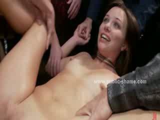 Mute un pakaļa nokļūt iedīdītas uz brutālie publisks dziļi rīklā un anāls sekss līdz grupa no men un sievietes