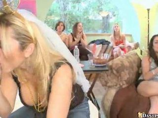 Mujer vestida hombre desnudo fiesta hardcore