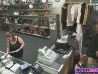 Evelyn přijít kolem the counter a sát můj čurák