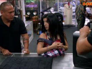 Kuba perempuan sells dia televisi sells dia alat kemaluan wanita di itu pawnshop
