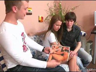 في سن المراهقة gets لها مهبل checked