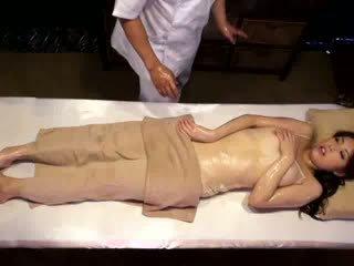 Kolledž tüdruk reluctant orgasm poolt masseur