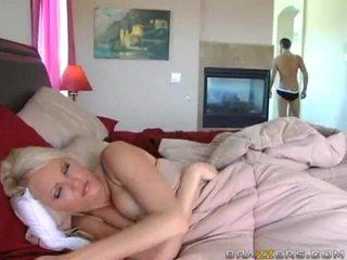 lielas krūtis, gulta, no aizmugures