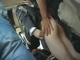Κορίτσι του σχολείου has να δίνουν ένα τσιμπούκι σε ένα λεωφορείο
