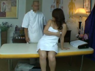 Fiatal feleség reluctant orgazmus alatt egészség masszázs