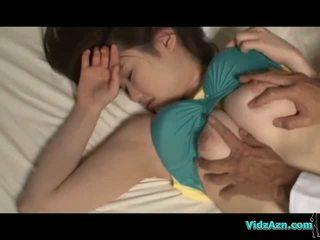 Pechugona chica durmiendo pezones sucked coño licked y follada en la mattress en la habitación