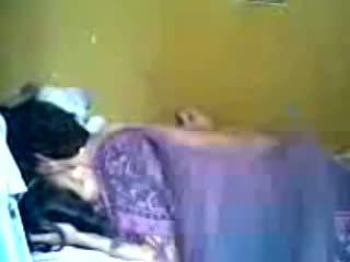 Indonézske romantic násťročné pár vykonať láska v spálňa