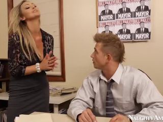 Bigtitted abbey brooks bump 在 辦公室