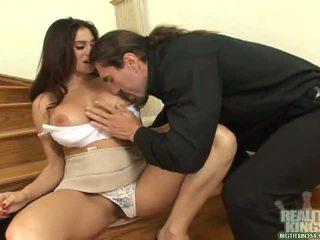 Bruneta secretara cu mare balcoane obține o penis