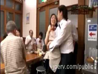 Täkk goes karm koos beib jaapani gf jooksul pere dinner