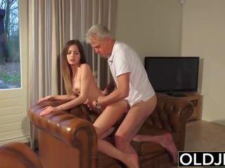 قديم و شاب الاباحية - جليسة كس مارس الجنس بواسطة قديم رجل و swallows بوضعه