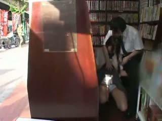 ביישן תלמידת בית ספר מגוששת ו - used ב a bookstore