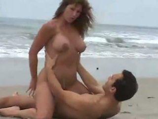Rica morena tetuda, calenturienta seksuaalne en la playa