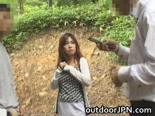 الهاوي glamorous الآسيوية فتاة حفر في الهواء الطلق