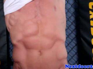 Atletiškas homo hunk wanking jo varpa