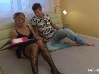 Confused blondýna babka gets niektorí sexuálne assistance: porno 37