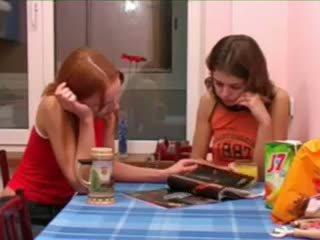 Masha 과 ivana teenies 오줌 누는 에 화장실