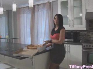 पिज़्ज़ा बोए brings पिज़्ज़ा और उसके कॉक के लिए tiffany