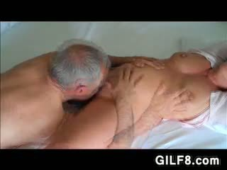 Grootvader licking grandmas rijpere poesje