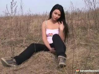 Masturbovanie vnútri the grass