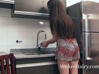 Virgin masturbates i den köks efter en peach