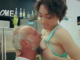 Cutie szkoła dziewczyna pierwszy czas pieprzenie stary człowiek closeup sperma połykanie wideo