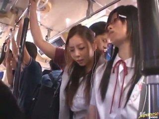 Shameless منحرفة الصينية females having funtime حول bananas في جمهور حافلة
