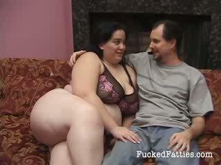 مذهل دهن فتاة مع ضخم الثدي getting penetrated بواسطة two كبير cocks