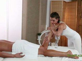 يتأهل masseur fucks muscle dude
