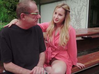 Giovanissima figlia scopata per disturbing passo vecchio papà da