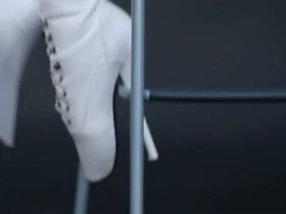模型 在 膠乳 貓套裝 和 ballet 靴子.