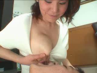 Japońskie mama breastfeading wideo