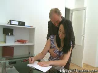 Tiffany la écolière gives manière à son teacher's advances