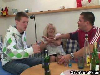 الشرب leads إلى مجموعة من ثلاثة أشخاص طقوس العربدة