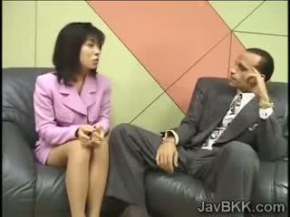 娇小 日本语 reporter swallows 附带 为 an 访问