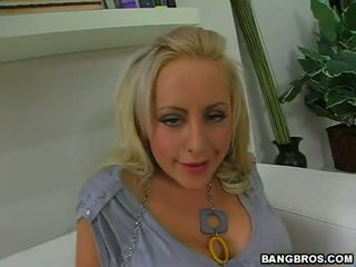 Sexy Golden Haired Savannah Gold Loves It When She Gets Her Lovely Feet Adored