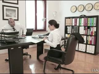 Tettona pupa valentina nappi ufficio cazzo