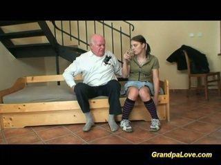 Bestefar i kjærlighet med unge tenåring