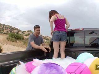 Hitchhiker having përjashta seks në the prapa i the makinë